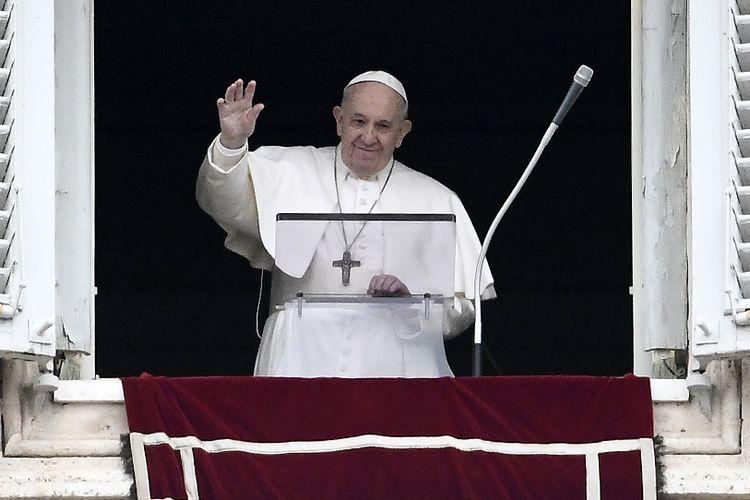 Paus Fransiskus melambaikan tangan kepada umat Katolik ketika dia muncul untuk memimpin Doa Malaikat Tuhan (Angelus) dari jendela Istana Apostolik pada 1 Maret 2020. Ini adalah penampilan perdana Paus Fransiskus setelah dia sempat dikabarkan sakit.