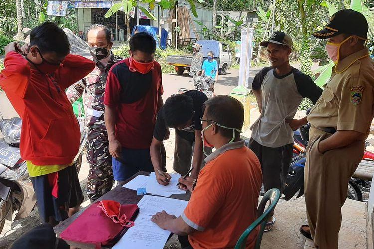 Razia masker di Desa Pageraji, Kecamatan Cilongok, Kabupaten Banyumas, Jawa Tengah, Senin (1/6/2020)
