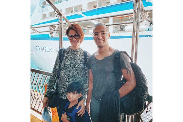 Rima Melati Adams dan Marcell sekeluarga menikmati serunya berlayar dengan kapal pesiar.