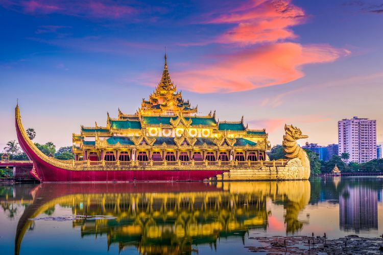 Karaweik Palace di Kandawgyi Royal Lake, Yangon, Myanmar.