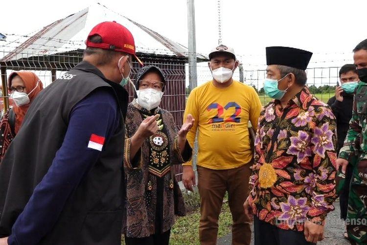 Mensos Tri Rismaharini meninjau kerusakan fasilitas bandara Tampa Padang, Mamuju, Sulbar, Sabtu (16/1/2021)..