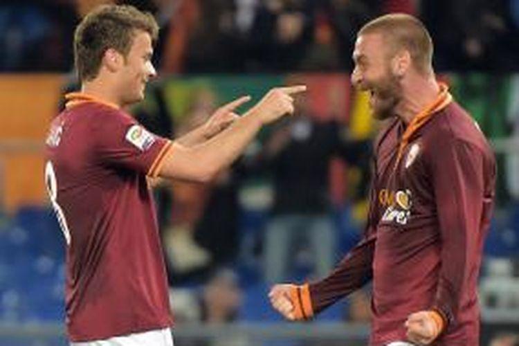 Gelandang AS Roma Daniele De Rossia (kanan) ikut merayakan keberhasilan rekannya Adem Ljajic (kiri) membobol gawang Atalanta, pada lanjutan Serie-A, di Olimpico, Sabtu (12/4/2014).