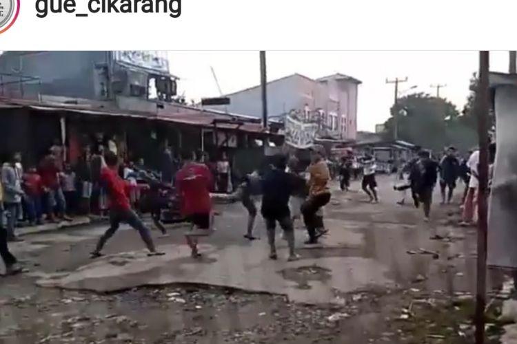 Nampak kedua kelompok remaja tawuran sarung di daerah Cibarusah, Kabupaten Bekasi, Jumat (10/5/2019).