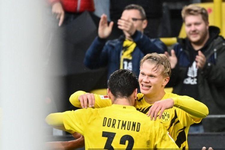 Penyerang Borussia Dortmund, Erling Haaland (kanan) dipeluk Giovanni Reyna setelah menjebol gawang Freiburg pada pekan ketiga Bundesliga - kasta tertinggi Liga Jerman.