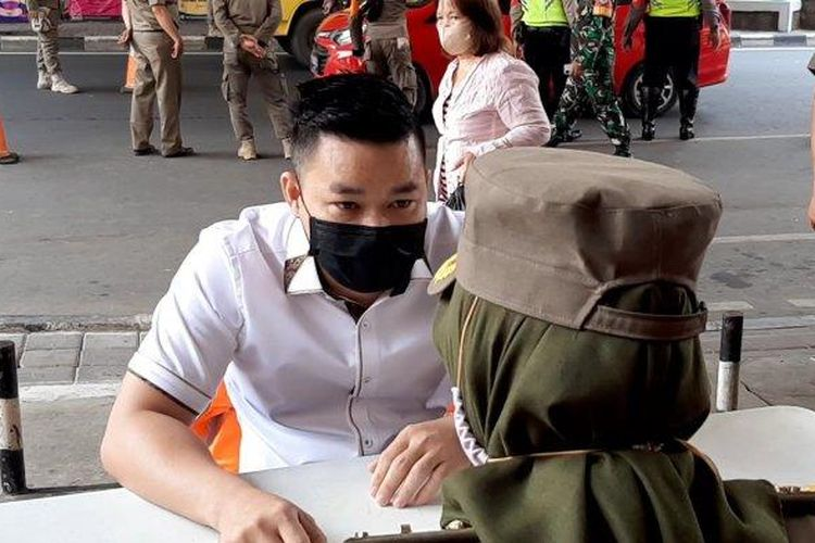 Pedagang emas di Pasar Baru, Jakarta Pusat, memarahi Satuan Polisi Pamong Praja, pada Selasa (22/9/2020).