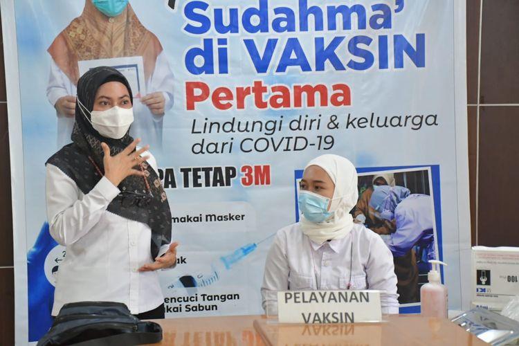 Bupati Luwu Utara Indah Putri Indriani (IDP) saat memantau pelaksanaan vaksinasi tahap kedua di ruang rapat Wakil Bupati (Wabup) Lutra, Rabu (3/3/2021).