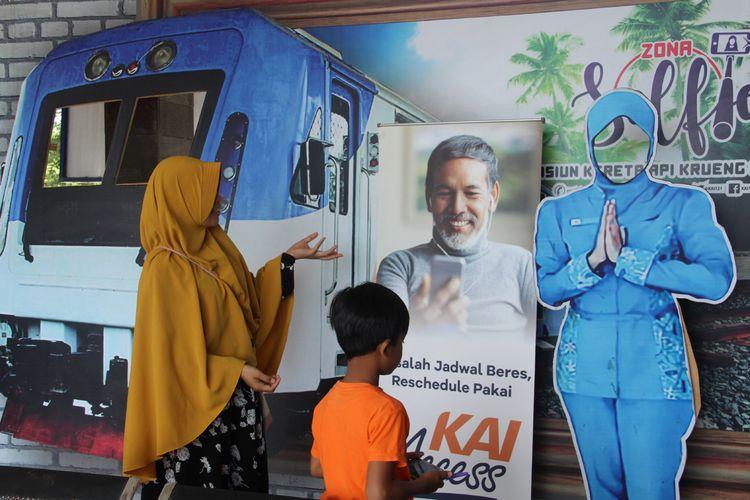 Warga di loket Kereta Api, Desa Krueng Mane, Kecamatan Dewantara, Kabupaten Aceh Utara, Kamis (23/5/2019).