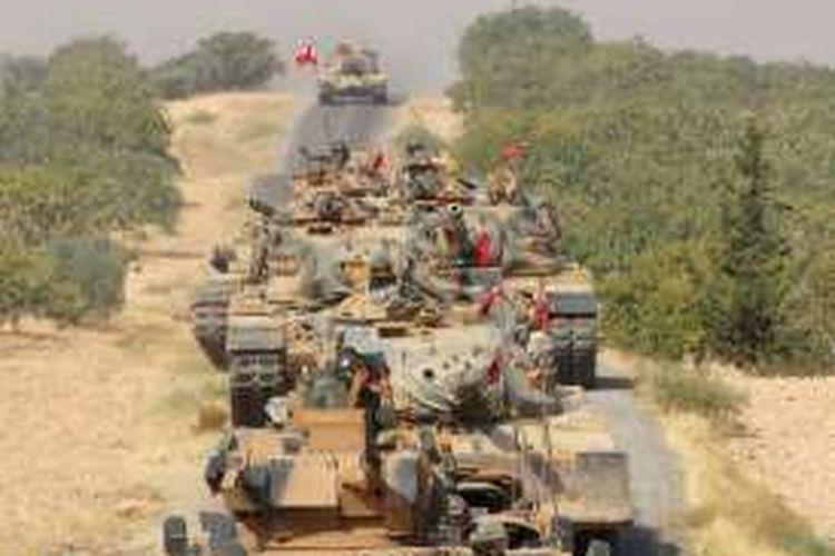 Konvoi tank-tank AD Turki saat memasuki kota perbatasan Jarablus di Suriah pada 24 Agustus lalu.