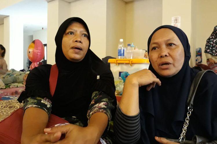 Komalasari (kiri) dan Kartini (kanan) pengungsi di Gelanggang Remaja Pengadegan di Pancoran, Jakarta Selatan, Jumat (3/1/2020).