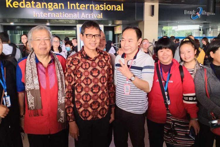 Gubernur Sumbar Irwan Prayitno  sambut wisatawan asal Cina di Bandara Internasional Minangkabau, Minggu (26/1/2020)