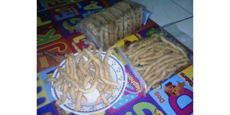 Kembang Goyang dan Kue Akar, camilan khas Betawi yang perlu dilestarikan.