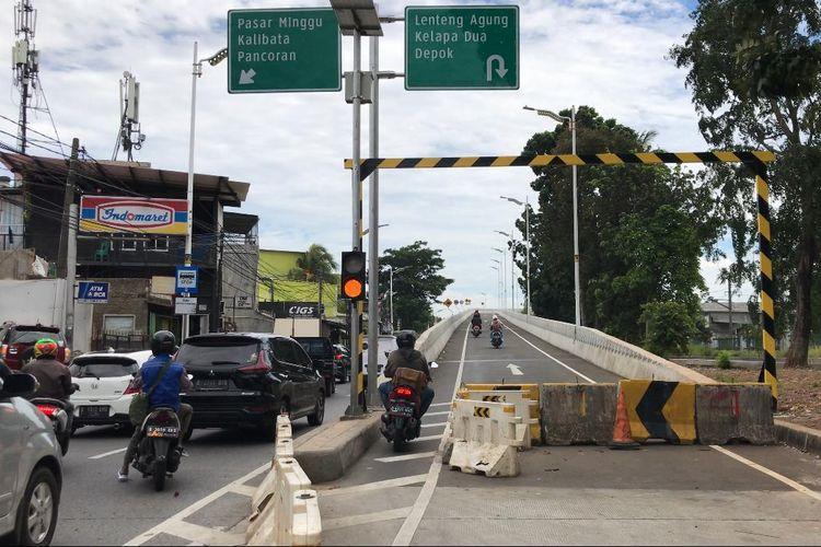Sejumlah pemotor menerobos Movable Concrete Barrier (MCB) Flyover Lenteng Agung, Jagakarsa, Jakarta Selatan pada Senin (2/3/2021) siang.