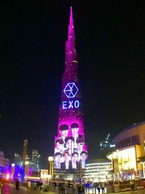 Wajah para member serta logo EXO menghiasi gedung pencakar langit Burj Khalifa, Dubai, pada Juli 2018.