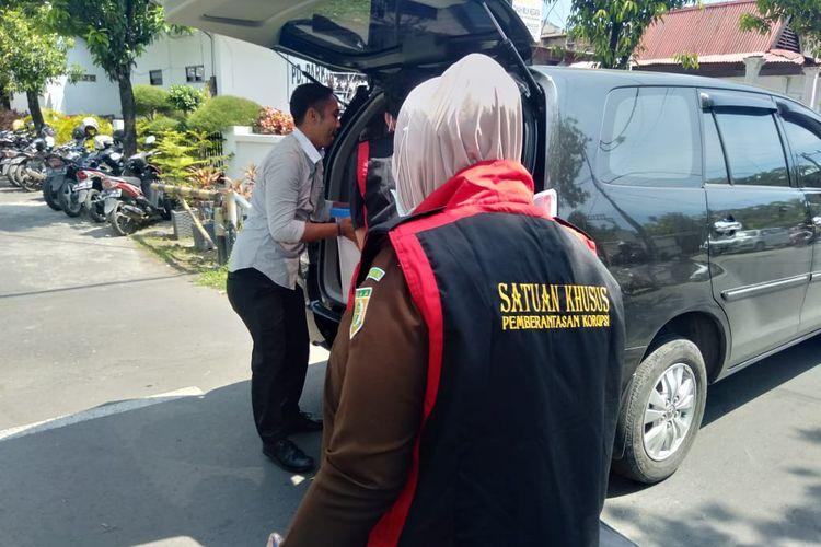 Penyidik Kejaksaan Tinggi Sulsel saat menggeledah kantor Perusahaan Daerah (PD) Parkir Makassar Raya di Jalan Hati Mulia Kecamatan Mariso, Makassar, Sulawesi Selatan, Rabu (8/5/2019).