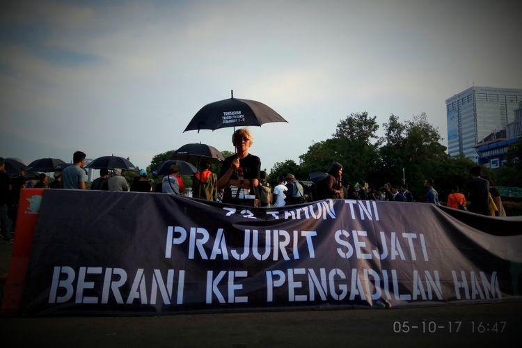 Sumarsih, ibu dari almarhum Wawan atau Norwan Wirawan, mahasiswa yang meninggal dunia dihantam peluru senjata api dalam aksi unjuk rasa yang terkenal dengan Tragedi Semanggi I tanggal 11-13 November 1998 ikut dalam aksi kamisan yang ke-508 pada Kamis (5/10/2017). Aksi digelar di depan Istana Negara, Jalan Medan Merdeka Utara, Jakarta Pusat.