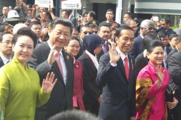 Presiden Indonesia Joko Widodo bersama Presiden Republik Rakyat Tiongkok Xi Jinping dalam historical walk di depan Hotel Savoy Homan, Bandung, Jumat (24/4/2015)