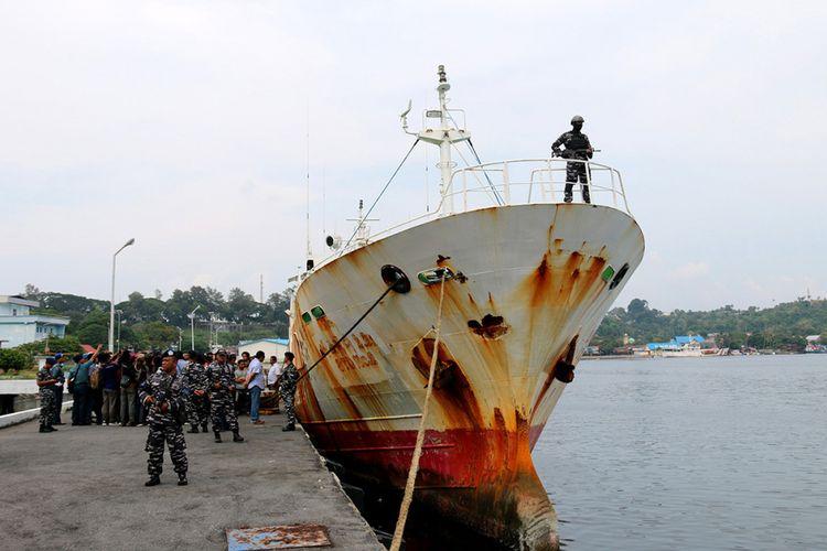Kapal asing buronan Interpol berbendera Togo, Afrika, yang berhasil ditangkap TNI AL Lanal Sabang di perairan laut Aceh, ditunjukkan kepada wartawan, Sabtu (7/4/2018). Dalam kapal STS-50 Sea Breeze Andrey Dolgov STD No 2  itu TNI AL Lanal Sabang juga mengamankan 30 orang anak buah kapal (ABK) di antaranya 2 warga negara Australia, 8 warga Rusia dan 20 warga Indonesia.