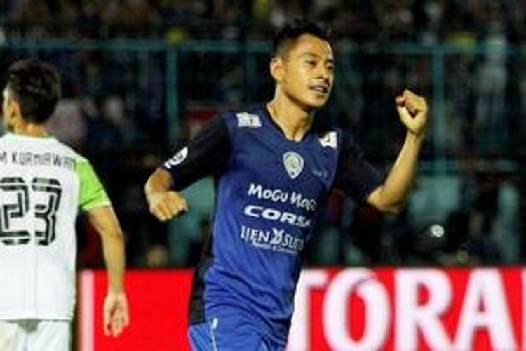 Striker Arema, Samsul Arif, beraksi saat melawan Persipasi Bandung Raya di ajang Piala Jenderal Sudirman.
