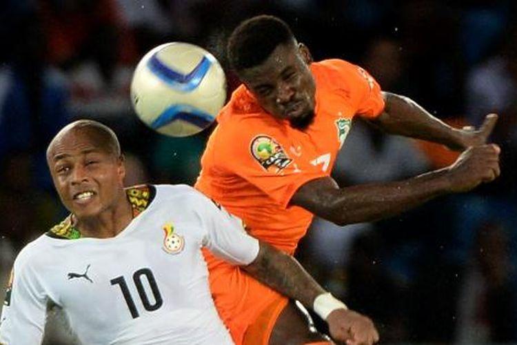 Bek Pantai Gading Serge Aurier (kanan) berebut bola dengan gelandang Ghana Andre Ayew, pada final Piala Afrika, di Bata, Senin (9/2/2015) dini hari WIB. Pantai Gading menjadi juara setelah memenangi babak adu penalti (9-8). Adu penalti dilakukan setelah skor 0-0 tak berubah hingga akhir babak tambahan.