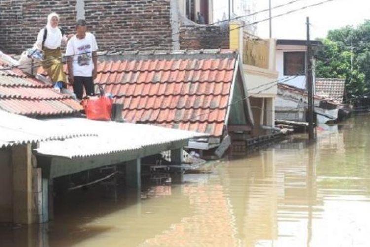 Banjir itu di antaranya terjadi di Perumahan Total Persada, Gembor, Kecamatan Periuk, Kota Tangerang. Picu kemacetan dan kelumpuhan arus lalu lintas.