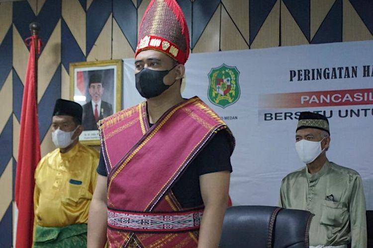 Wali Kota Medan Bobby Nasution mengenakan pakaian adat Toba dalam peringatan Hari Lahir Pancasila 1 Juni, Selasa (1/6/2021).