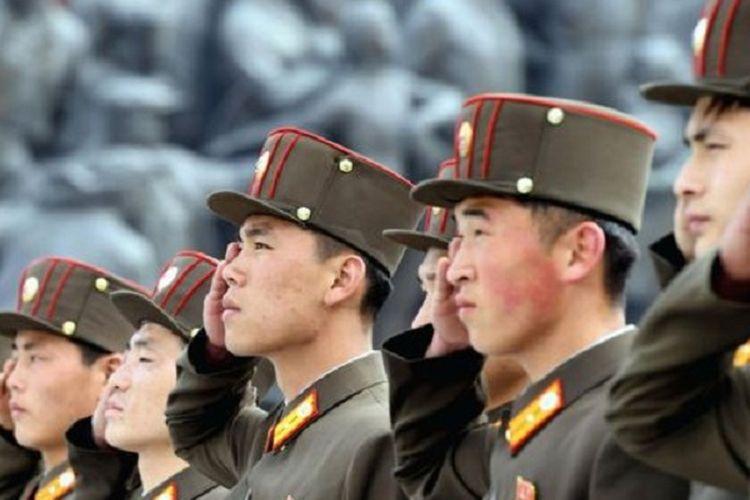 Tentara Korea Utara memberikan penghormatan kepada patung pendiri negara itu, Kim Il Sung, di Pyongyang, ibu kota negara itu.