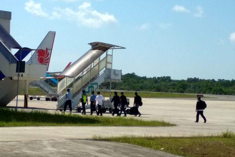 Sejumlah Terperiksa saat akan diberangkatkan ke Bandara RHF Tanjungpinang