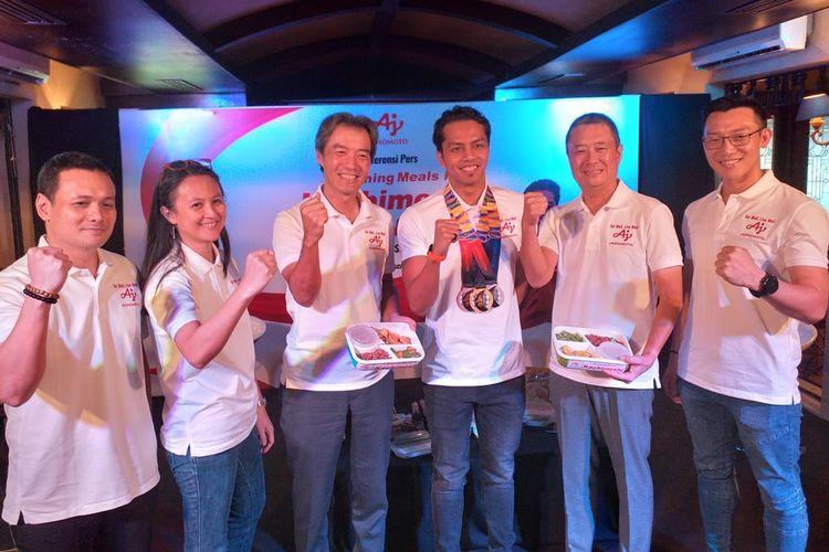 Perenang nasional, I Gede Siman Sudartawa (ketiga dari kanan) mempromosikan program Winning Meals Kachimeshi yang menunjang keberhasilannya pada SEA Games 2019, Kamis (19/12/2019).