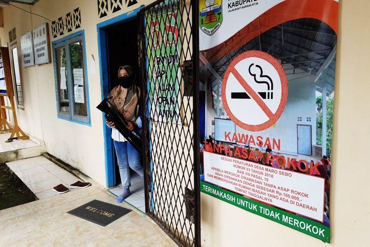 Sosialisasi perdes larangan merokok di dinding kantor kepala desa Maro Sebo, pada Selasa (29/10/2020).