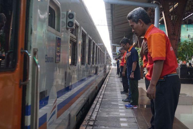 Para porter, petugas keamanan, serta sejumlah pegawai PT KAI di Stasiun Senen memberikan penghormatan kepada para penumpang yang berangkat menggunakan kereta api dari stasiun itu, Senin (11/6/2018).