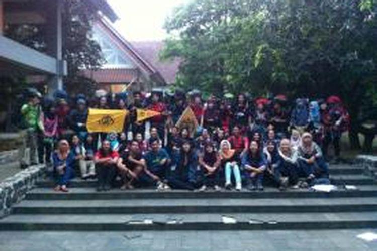 Tim perjalanan panjang Mapala UI berfoto bersama sebelum berangkat menunj Dataran Tinggi YANG, Gunung Argopuro, Jawa Timur, Minggu (9/8/2015). Perjalanan panjang ini merupakan salah satu tahap dari rangkaian Badan Khusus Pelantikan (BKP) Mapala UI tahun 2015.