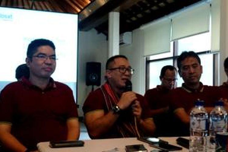 CEO Indosat Alexander Rusli (tengah, memegang mikropon) saat berbicara dengan sejumlah media, di Gili Trawangan, Jumat (24/4/2015).