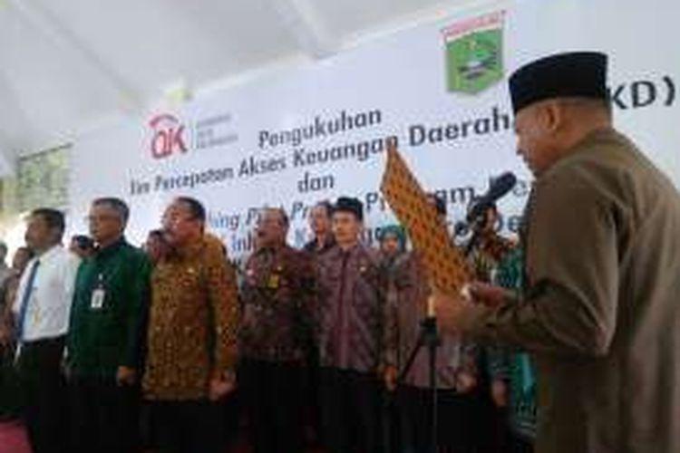 Bupati Malang, Rendra Kresna mengukuhkan Tim Percepatan Akses Keuangan Daerah (TPAKD) Kabupaten Malang, Malang, Jawa Timur, Senin (8/8/2016).