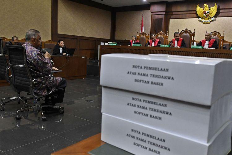 Terdakwa kasus suap proyek PLTU Riau-1 Sofyan Basir (kiri) membacakan nota pembelaannya di sidang lanjutan di Pengadilan Tipikor, Jakarta, Senin (21/10/2019). Sidang tersebut beragendakan pembacaan nota pembelaan atau pledoi terdakwa. Pada sidang sebelumnya jaksa penuntut umum (JPU) dari KPK menuntut terdakwa dengan pidana penjara selama lima tahun dan denda Rp200 juta subsider tiga bulan kurungan.