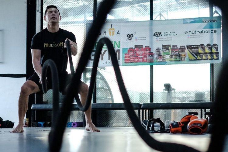 Atlet MMA One Pride Rudy Ahong Gunawan berlatih untuk merebut kembali supremasi di kelas welter MMA One Pride. Rudy berjulukan Si Raja KO.