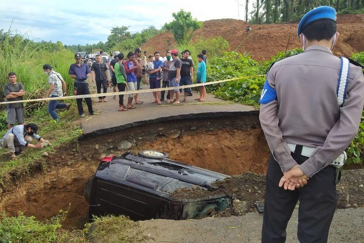 mobil anggota Polsek Seluma masuk ke dalam tanah akibat tanah amblas