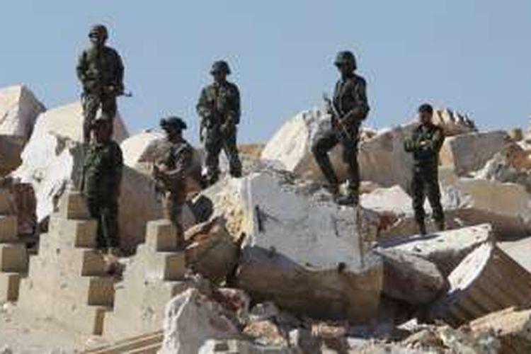 Tentara Suriah berdiri di atas puing-puing Kuil Bel di kota kuno bersejarah Palmyra, Homs, Suriah tengah (Dokumentasi).