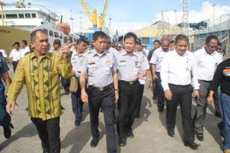 Menteri Perhubungan Ignasisu Jonan didampingi Gubernur Maluku, Said Assagaf dan sejumlah pejabat daerah Maluku, saat melakukan kunjungan kerja di Pelabuhan Petikemas Ambon, Jumat (26/12/2014) sore tadi.