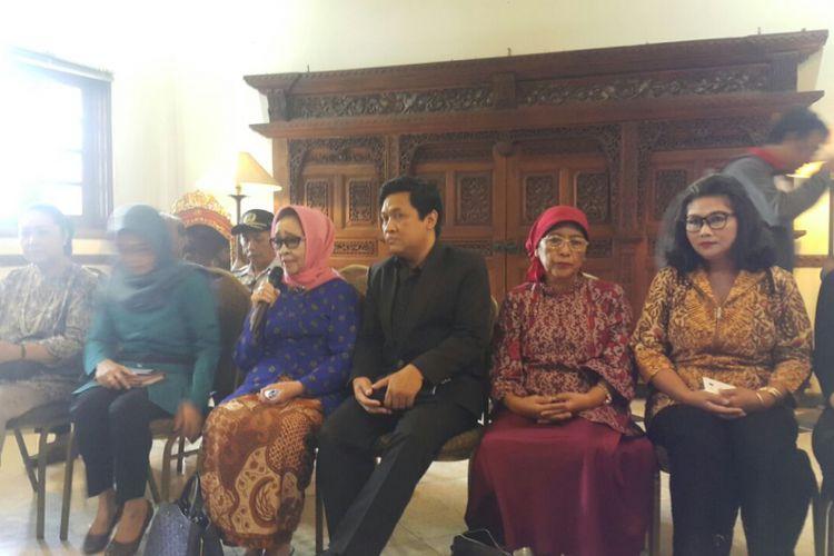 Inilah tim perias asal Solo yang akan merias hajatan pernikahan anak kedua presiden Joko Widodo, Kahiyang Ayu dan Boby di Gedung Graha Saba Buana Solo, Senin (30/10/2017) siang.