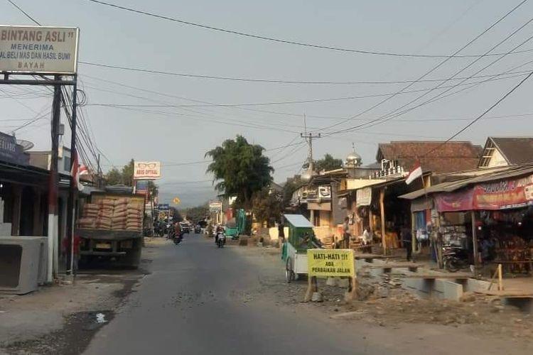 Kondisi jalan akses wisata di Bayah, Lebak, Banten Selatan yang sedang mengalami perbaikan dan penataan.