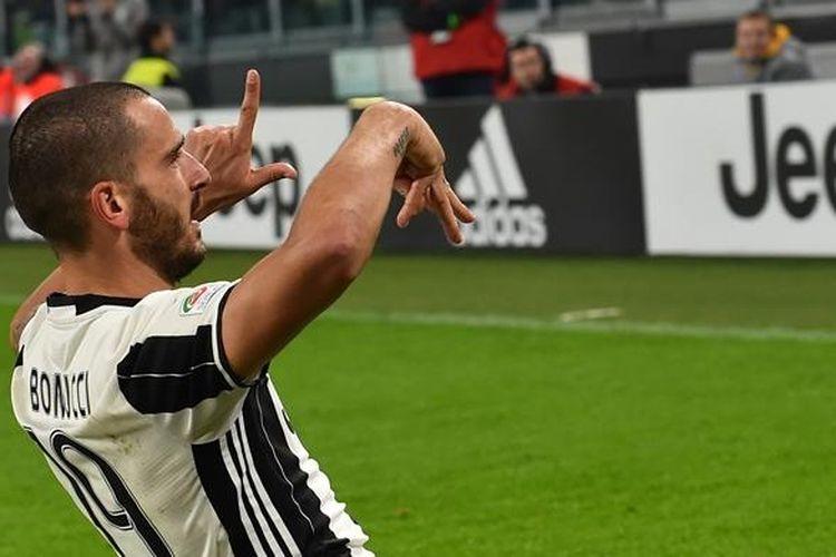 Pemain belakang Juventus, Leonardo Bonucci, merayakan gol ke gawang Napoli pada partai lanjutan Serie A di Juventus Stadium, Sabtu (29/10/2016).