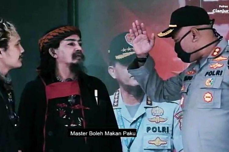 Cuplikan video kampanye tunda mudik di tengah pandemi corona yang diperankan Kapolres Cianjur AKBP Juang Andi Priyanto dan master sulap Indonesia Limbad.