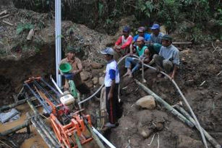 Warga Dusun Ngepoh, Desa Banyusidi, Kecamatan Pakis, Kabupaten Magelang yang terletak di lereng Gunung Merbabu terpaksa mengebor tebing untuk mendapatkan air bersih.