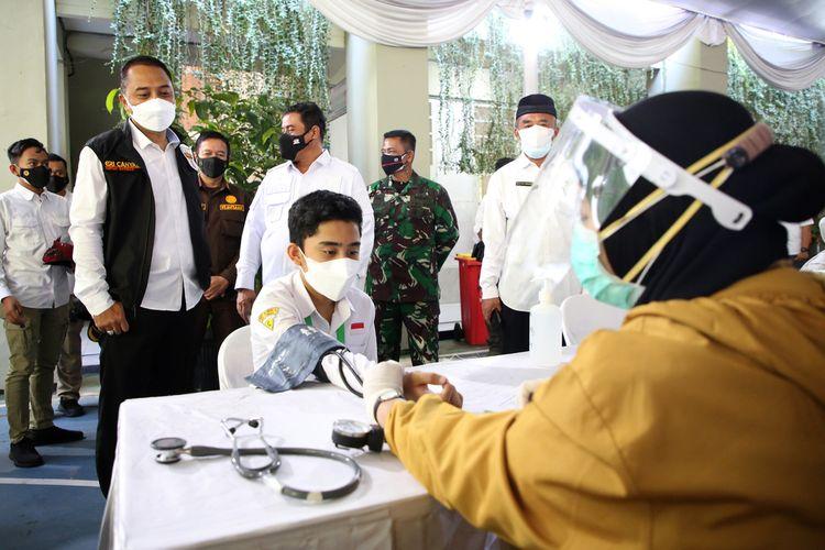 Wali Kota Surabaya Eri Cahyadi saat memantau pelaksanaan vaksinasi massal terhadap ribuan pelajar di Kota Surabaya yang dilaksanakan di SMPN 1 Surabaya, Jalan Pacar, Rabu (14/7/2021).