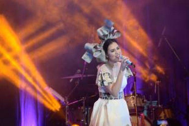 Penyanyi Raisa melantunkan lagu-lagu hitsnya dalam konser tunggal bertajuk 'Raisa Pemeran Utama, Live in Concert' di DBL Arena, Surabaya, Minggu (15/11/2015).