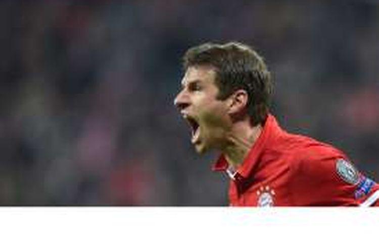 Striker Bayern Muenchen, Thomas Mueller, melakukan selebrasi setelah mencetak gol pertama timnya ke gawang PSV Eindhoven pada pertandingan penyisihan Grup D Liga Champions di Muenchen, Rabu (19/10/2016).