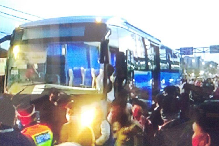 Antrean calon penumpang bis gratis yang memilih tidak naik Kereta Rel Listrik ( KRL) Commuter Line tujuan Jakarta di Stasiun Bogor pada Senin (22/6/2020) pagi.