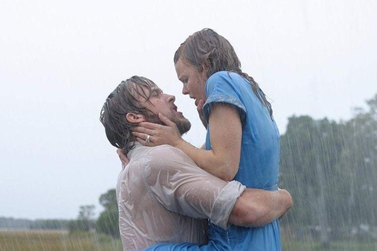 Adegan romantis Ryan Gosling dan Rachel McAdams di film The Notebook (2004).