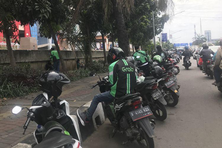Driver ojek online menunggu order di kawasan perbelanjaan Mangga Dua, Senin (6/5/2019). Beberapa driver mengeluhkan titik penjemputan penumpang yang kian jauh, setelah penerapan Peraturan Menteri Nomor 12 Tahun 2019 soal penerapan tarif ojek online.