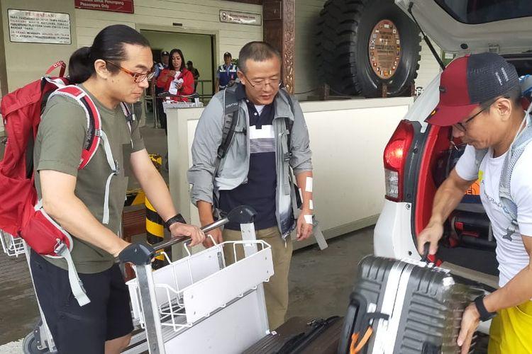 Turis China di Bandara Timika Papua pada Selasa (1/10) yang gagal mendaki Gunung Carstensz Papua karena pertimbangan keamanan.